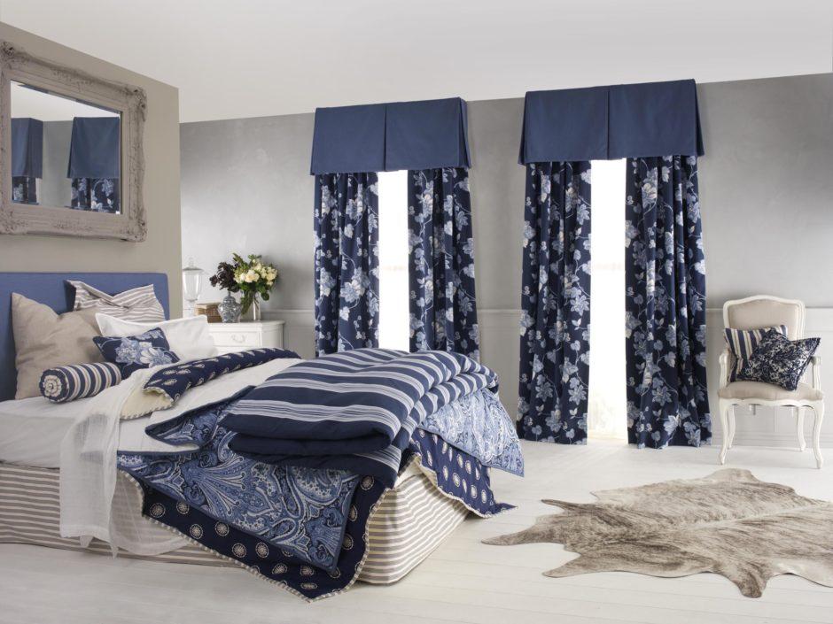 Синие шторы в сером интерьере