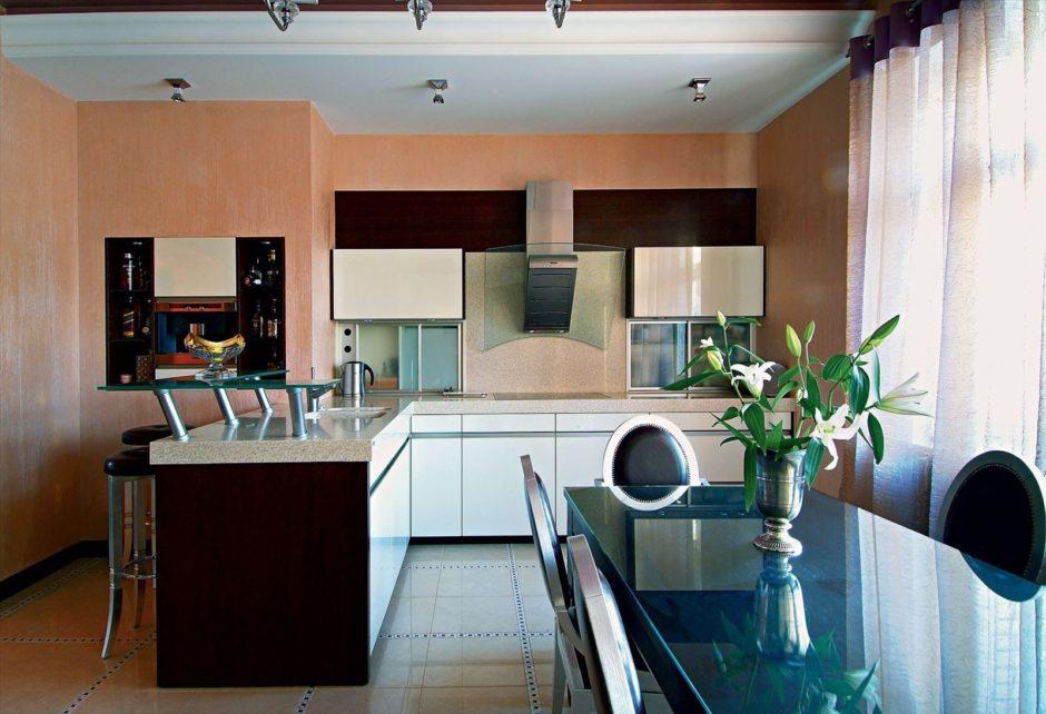 Персиковые обои в кухне