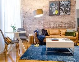 Современный интерьер гостиной с кирпичной стеной