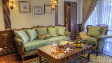Респектабельная и уютная гостиная в английском  стиле