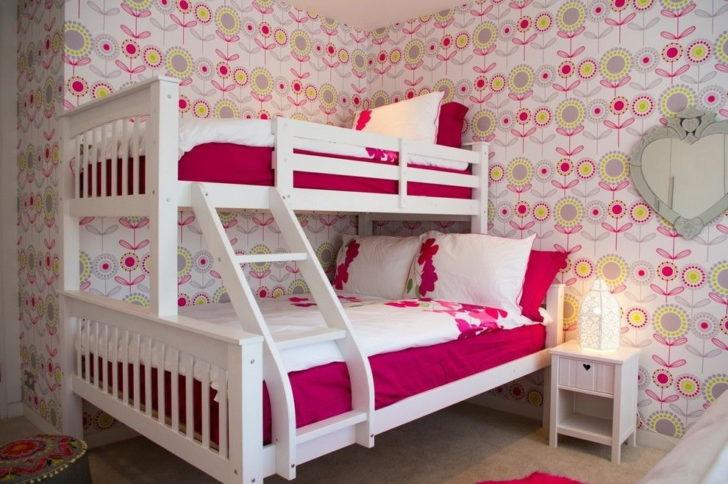 обои в розовых тонах в детской комнате