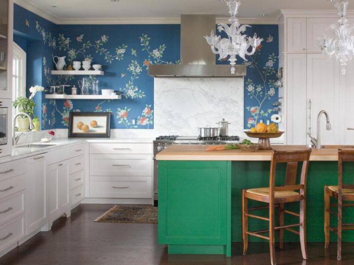 синие обои в дизайне кухни