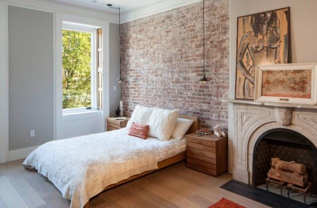 камин в интерьере спальни