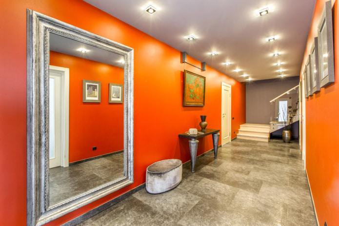 Обои в оранжевых тонах устраняют депрессивные настроения, заряжает энергией и бодрит. Как же его грамотно применить в каждой из комнат и где лучше всего он будет смотреться?